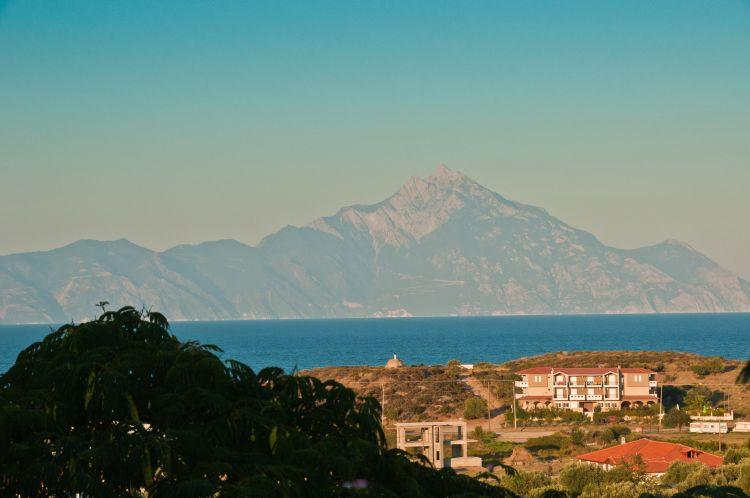A szemközti Athos-hegy csodásan látható