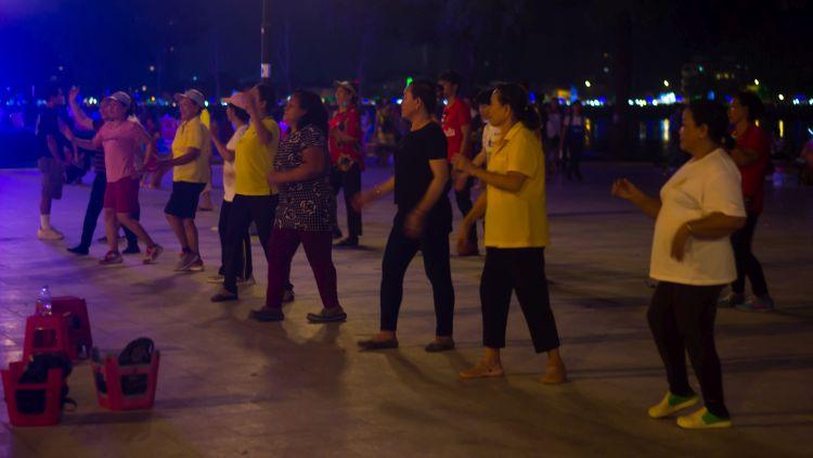 Esti táncikolás, bárki beállhat