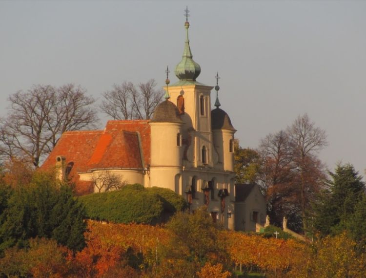 A templom egy domb tetején áll