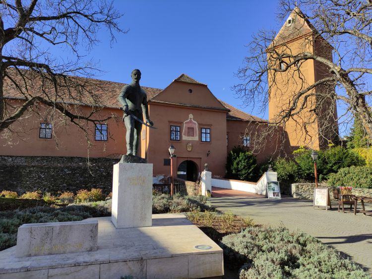 A külső udvaron áll Jurisics Miklós szobra