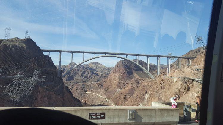 Ezen hídon lehet megközelíteni a gátat