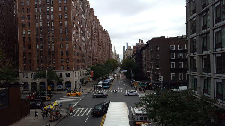 Sétányról rálátás NY egyik utcájára