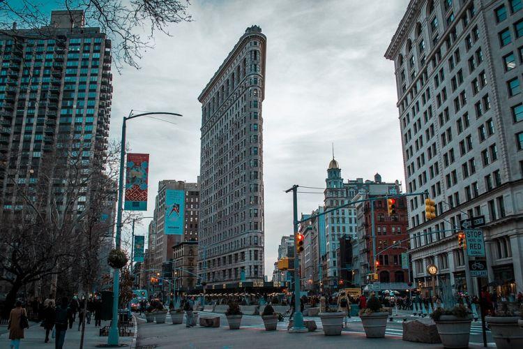 A Flatiron Building alakjával tűnik ki az épületek közül