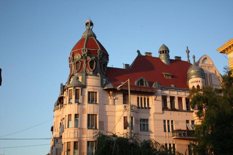 A piros kupolás torony teszi széppé az épületet