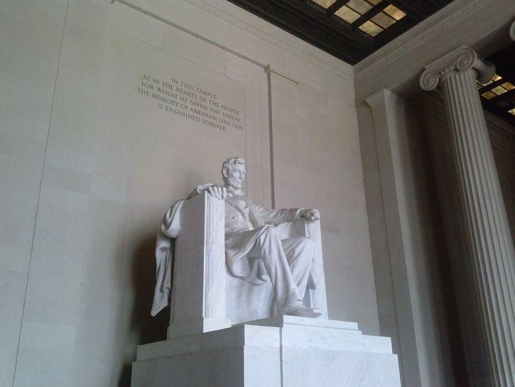Az épületben üldögél Lincoln