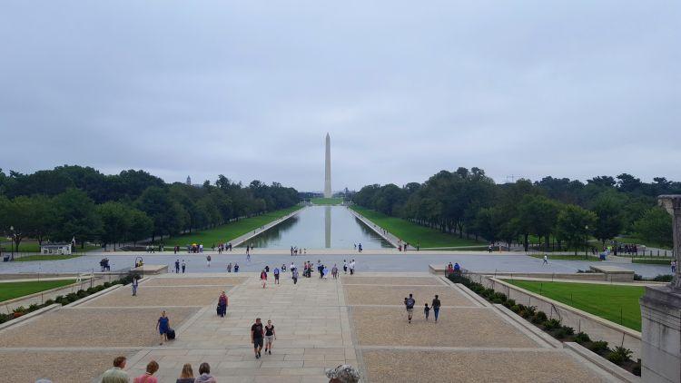 A tükörmedence, távolabb pedig a Washington emlékmű