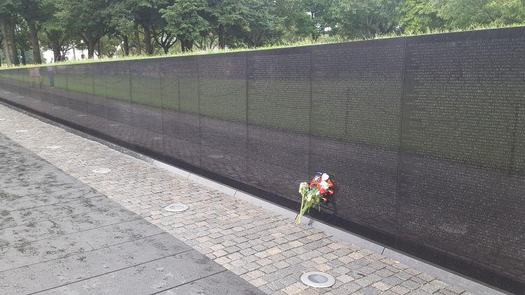 A gránitfalon az elhunyt katonák neve szerepel
