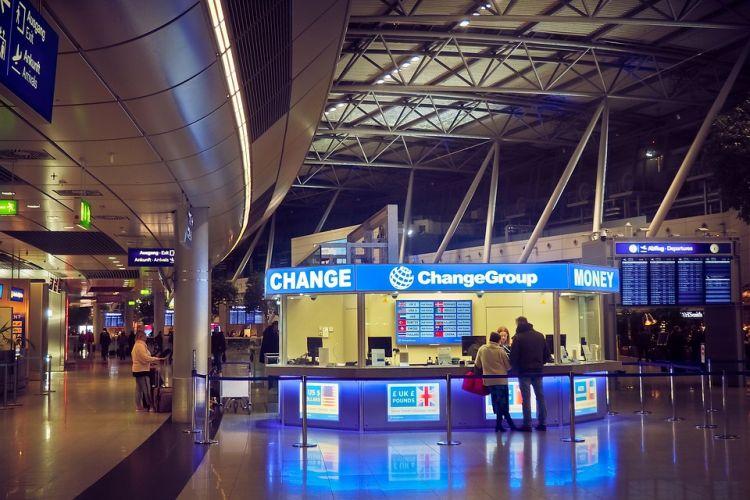 A repülőtéren nagyon drága a pénzváltás