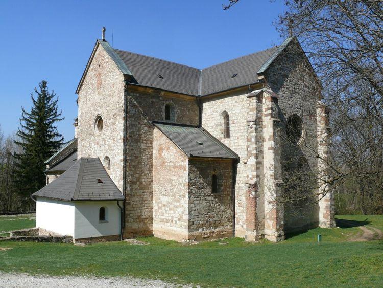 A templom a Bélkő alatt található