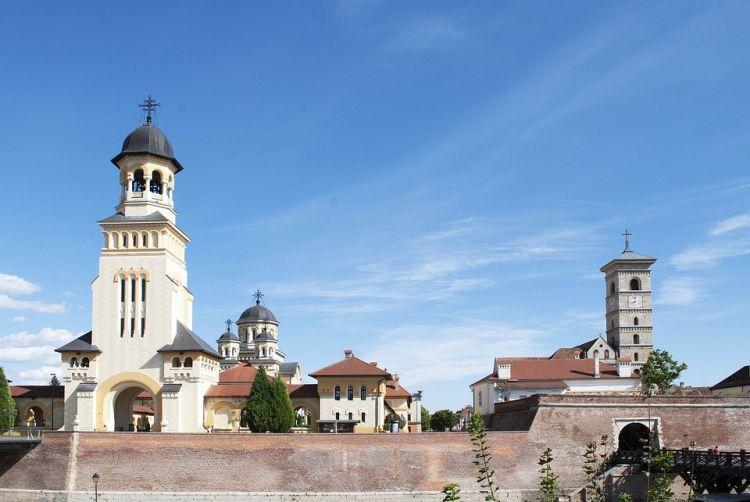 A város székesegyházában találhatóak az erdélyi fejedelmek és Hunyadiak síremlékei