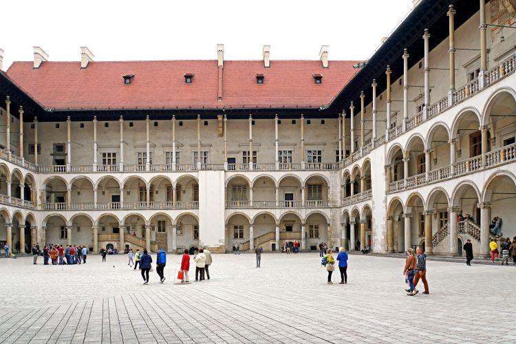 A palota udvara Krakkó látnivalók között az egyik legszebb