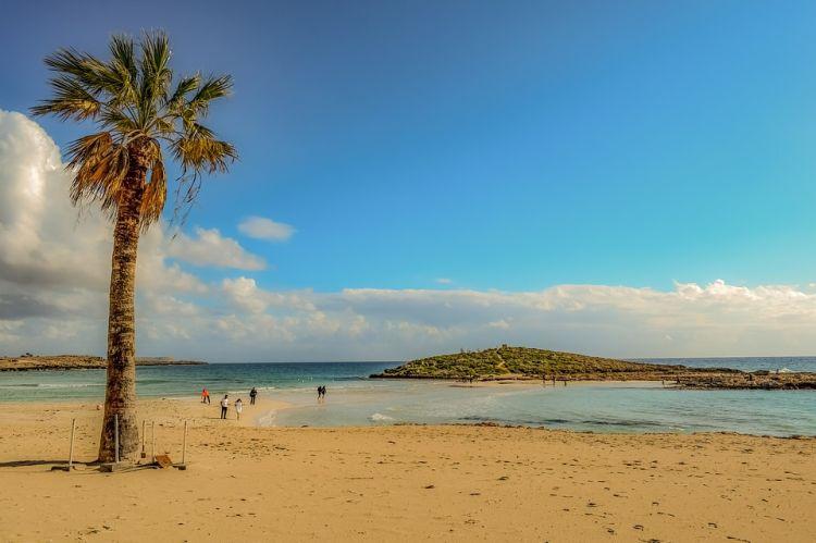 A Nissi a kis sziget neve, ahová át is gyalogolhatunk