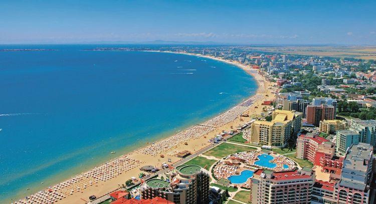 A homokos tengerparton szállodák sora található