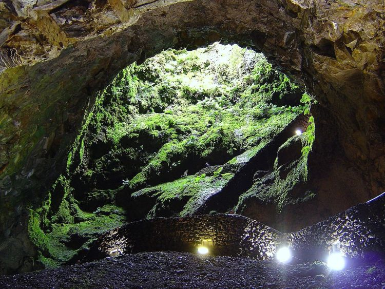 Az Algar do Carvao lávabarlang Terceira egyik nevezetessége