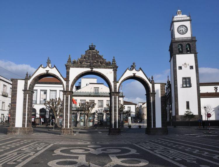 Tipikus fehér színű épületek Ponta Delgada-ban