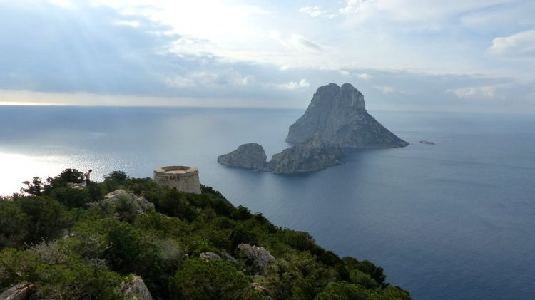 Es Vedra szigete is Ibiza látnivalók közé tartozik