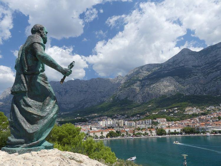 Szent Péter szobra őrzi Makarska városát