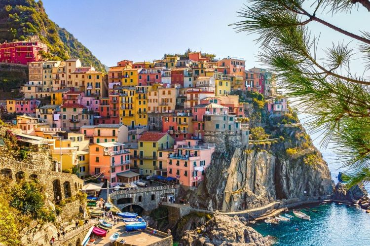A különféle színekben pompázó házak a sziklafalon mindenkit lenyűgöznek