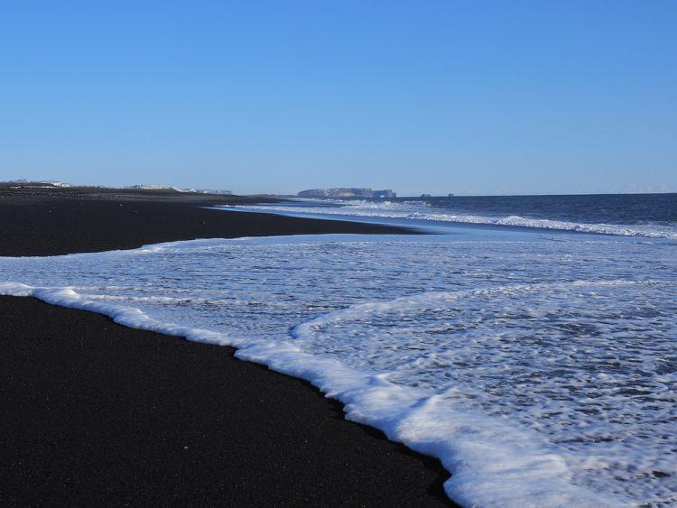 A tengerpart a láva miatt fekete
