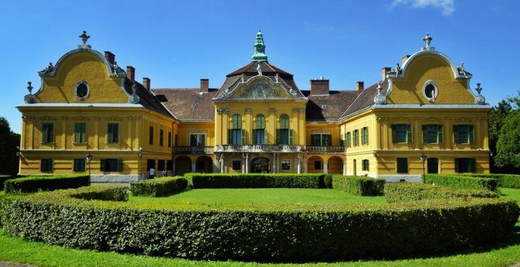 A kastélyban bútormúzeum is van