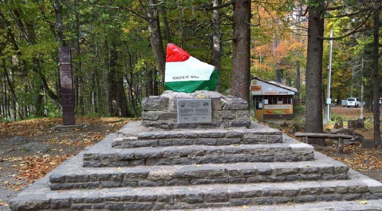 A csúcsot jelző nemzeti színű kő