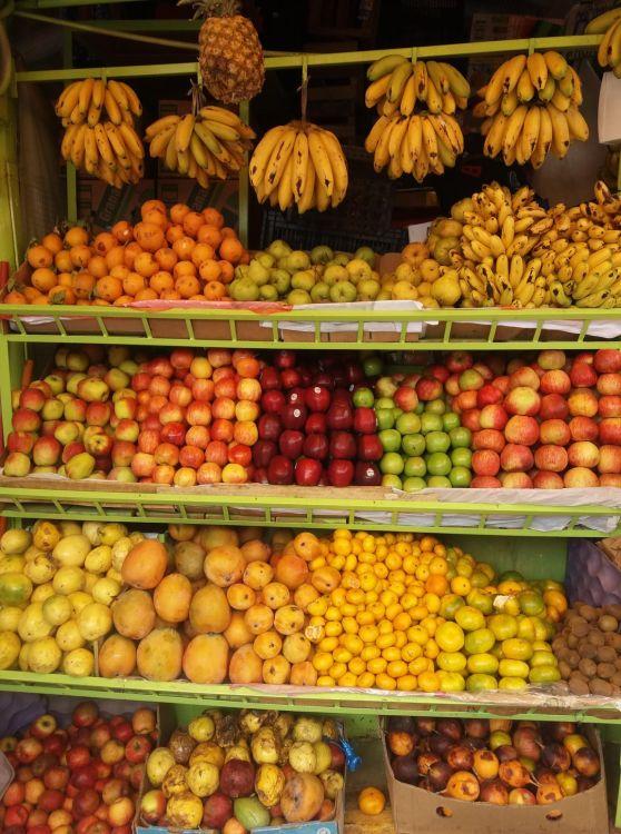 Friss gyümölcsök garmadája kapható a piacokon