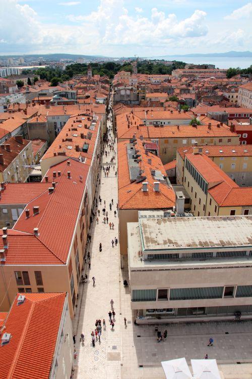 A főutca az óváros hosszanti irányában halad