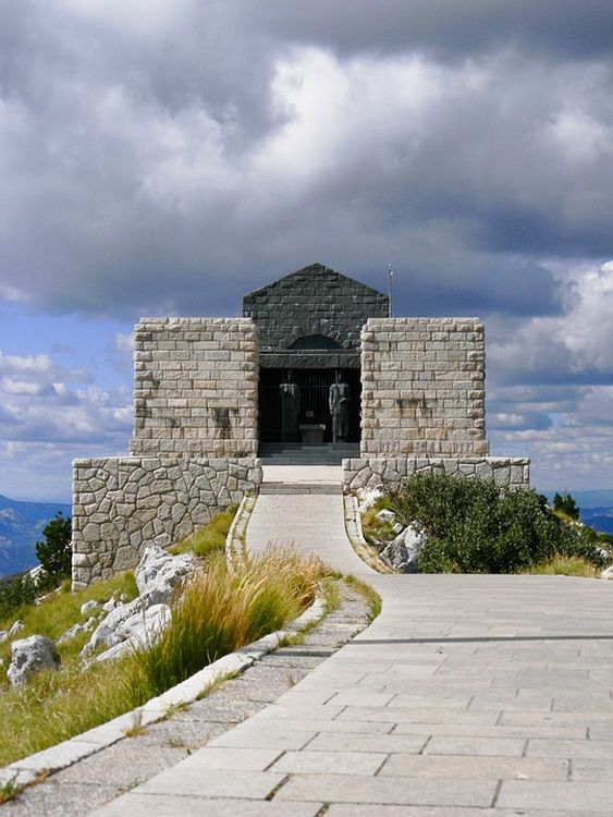 A hegycsúcson egy mauzóleum található