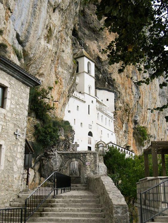 A sziklába épített kolostor a Balkán egyik legnépszerűbb zarándokhelye