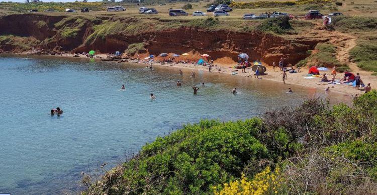A Vörös sziklák tövében található ez a kis strand