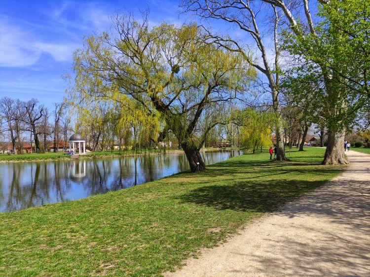 Itt is egy szép parkban sétálgathatunk egy jót