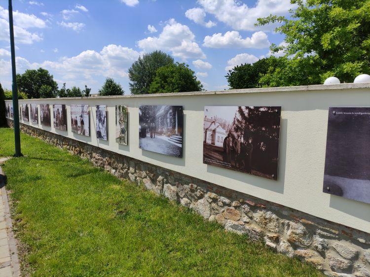 A falon a kastély történelme látható fényképeken