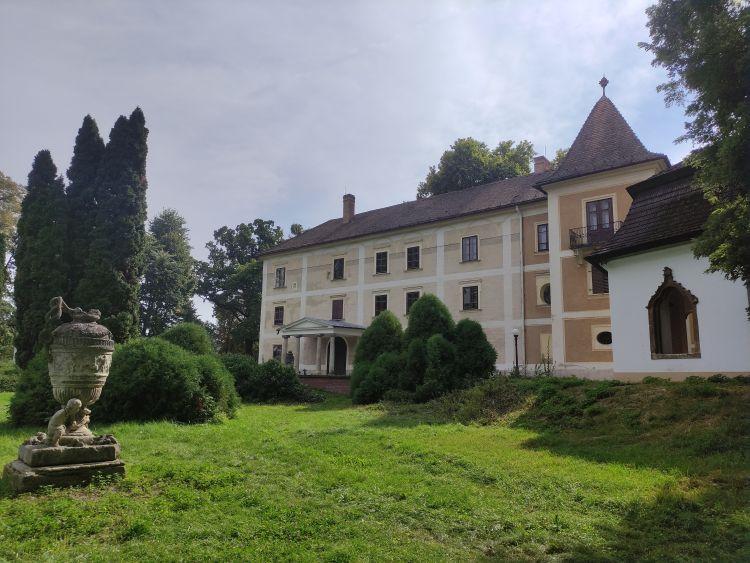 A kastély és parkja megér egy sétát